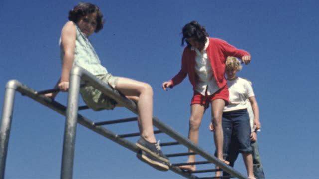 1956 ws la children on monkey bars / usa - 高み点の映像素材/bロール