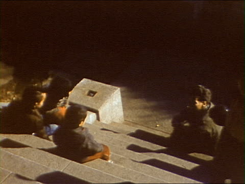 vidéos et rushes de children on temple steps, slavomir vorkapich takes kid's photos / seoul, south korea - thème de la photographie