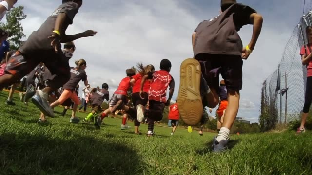 vidéos et rushes de children participating in sports a running event kids run away from camera after start - salmini