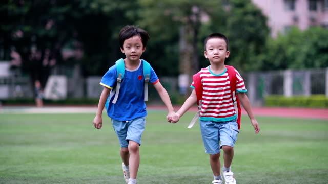 お子様は学校に戻って、学校で遊ぶ - 新学期点の映像素材/bロール