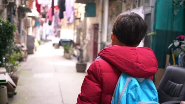 vidéos et rushes de les enfants jouent dans la ruelle - cartable