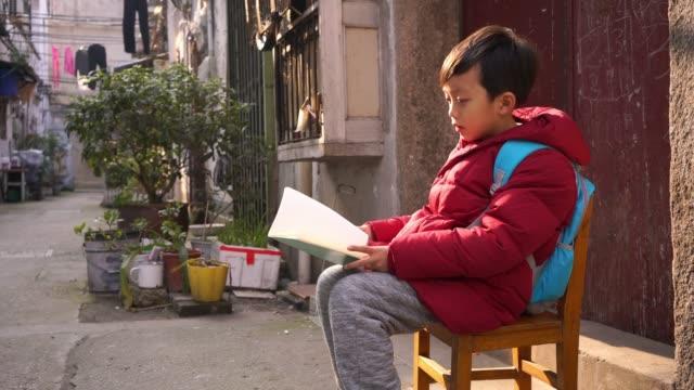 路地で遊ぶ子供たち - 胡同点の映像素材/bロール