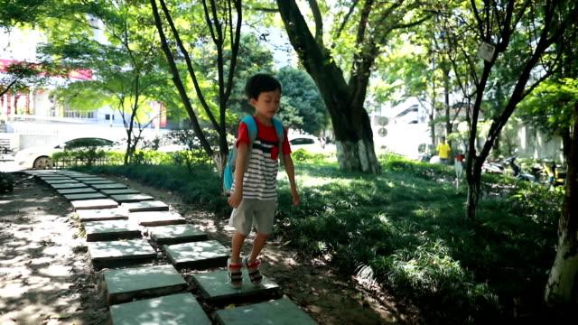 children play in the park - popolazione dell'asia orientale video stock e b–roll