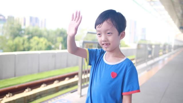 お子様は地下鉄で遊ぶ - railway track点の映像素材/bロール