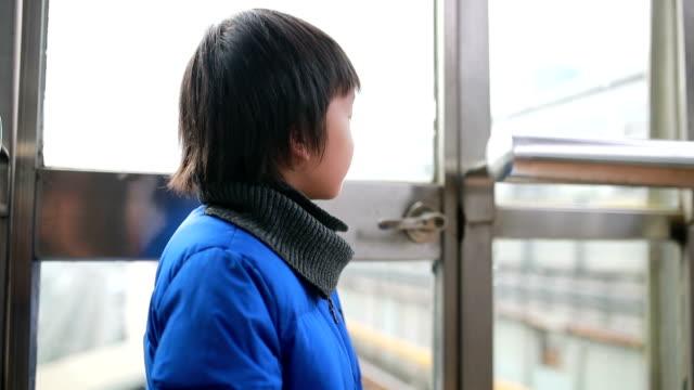 kinder spielen in der u-bahn - bahnreisender stock-videos und b-roll-filmmaterial