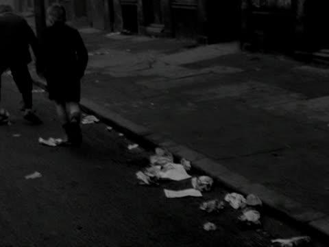 children play on the streets of the gorbals - スコットランド グラスゴー点の映像素材/bロール