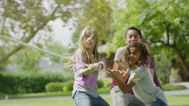 vidéos et rushes de children playing and winning tug-of-war / provo, utah, united states - corde