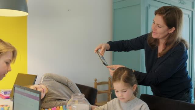 vidéos et rushes de children playing at desk - photophone