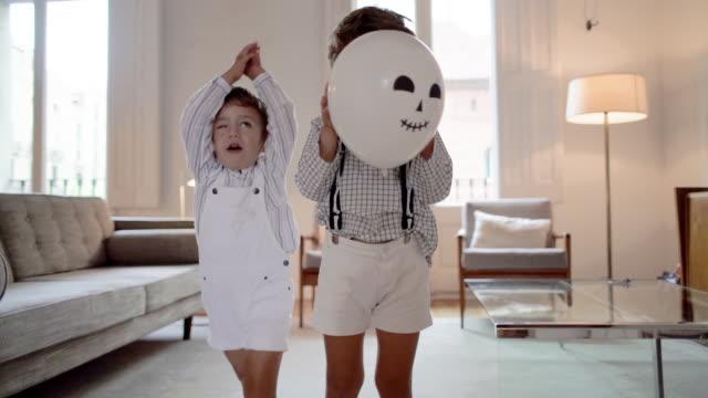 stockvideo's en b-roll-footage met kinderen spelen thuis tijdens halloween - 2 5 maanden