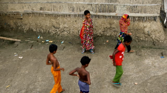 vidéos et rushes de children playing at the coastal area in bangladesh on august 17, 2020. a un report says, over 19 million children-a quarter of them under 5-spread... - exclusivité