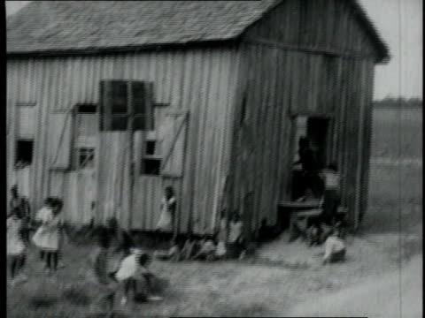 vidéos et rushes de 1940 ws children playing basketball next to a barn / united states - panier de basket