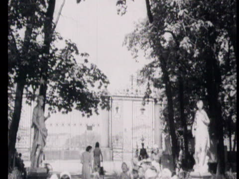 children playing in garden in leningrad monument to krylov visiting places in leningrad lenin's statue ifro smolny palace / russia audio - bildkomposition und technik stock-videos und b-roll-filmmaterial