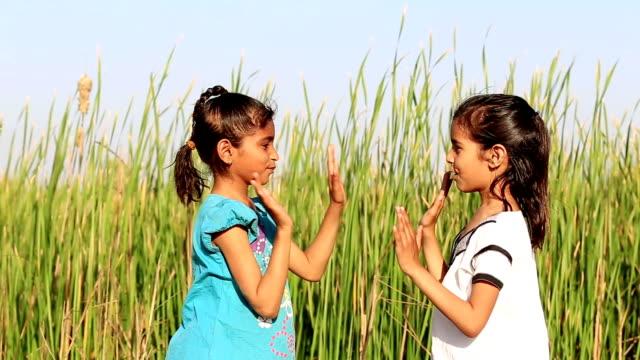 vidéos et rushes de enfants jouant dans la nature - 8 9 ans