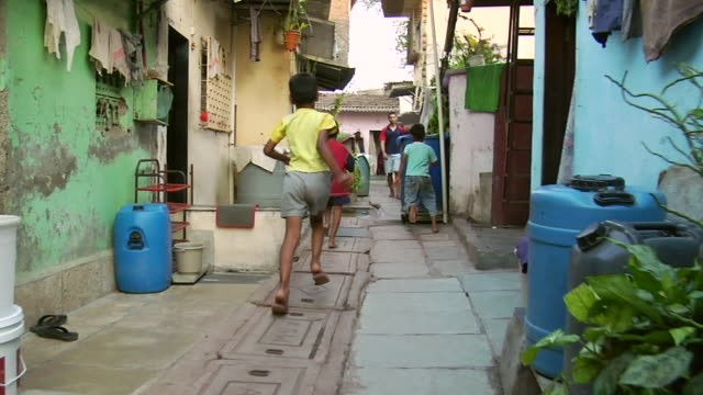 stockvideo's en b-roll-footage met pov ws children playing in slum street / mumbai, maharashtra, india - sloppenwijk