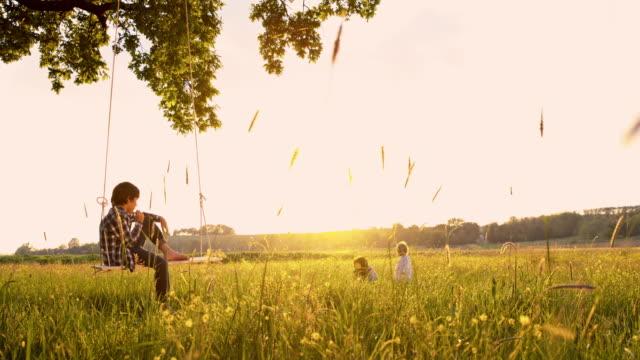 slo-mo kinder spielen im natur - schaukel stock-videos und b-roll-filmmaterial
