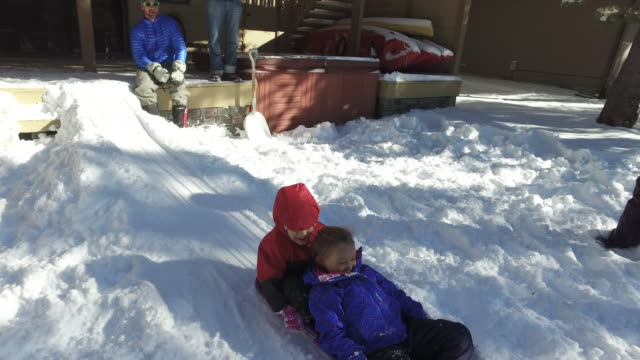 stockvideo's en b-roll-footage met kinderen spelen in de sneeuw in de winter - hawaiiaanse etniciteit