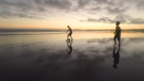 children playing on a beach at sunset - freedom点の映像素材/bロール