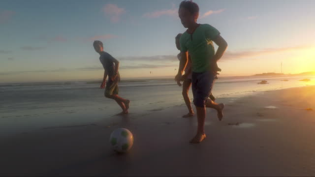 children playing on a beach at sunset - 30 sekunden oder länger stock-videos und b-roll-filmmaterial