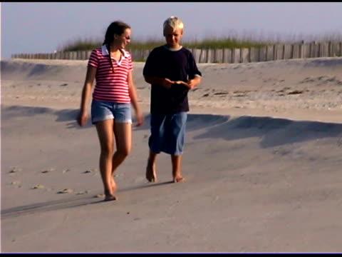 children playing on beach - gemeinsam gehen stock-videos und b-roll-filmmaterial