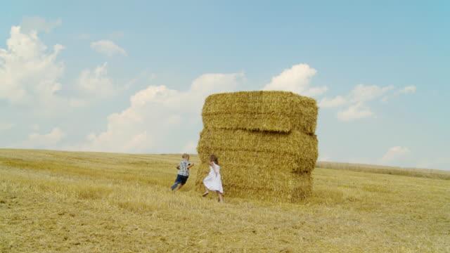 vídeos de stock, filmes e b-roll de hd câmera lenta: crianças brincando ao ar livre - brincadeira de pegar