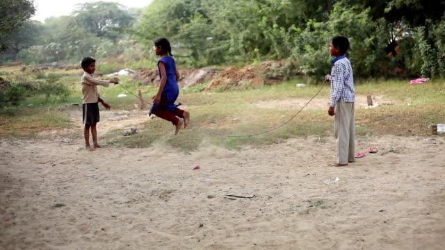 Kinder spielen, Seil springen