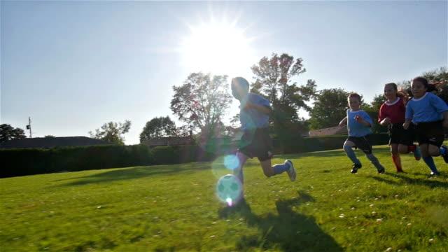 vidéos et rushes de enfants jouant au football - compétition