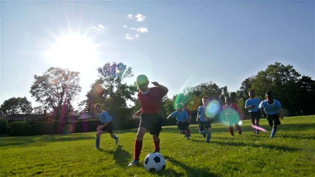 kinder spielen fußball - mädchen stock-videos und b-roll-filmmaterial