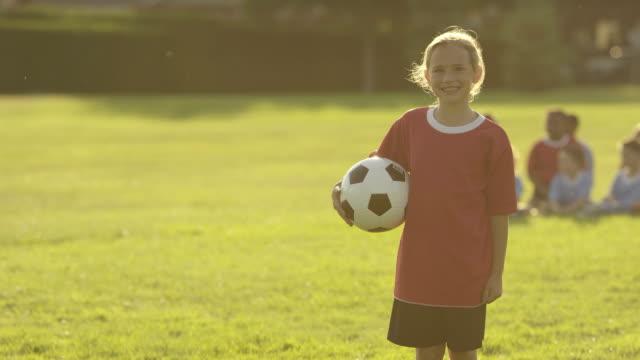 vídeos y material grabado en eventos de stock de niños jugando al fútbol - fémina