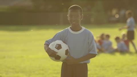 vidéos et rushes de enfants jouant au football - afrique