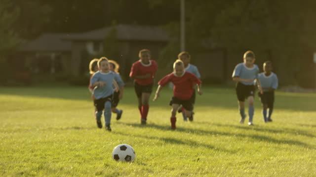 kinder spielen fußball - spiel sport stock-videos und b-roll-filmmaterial