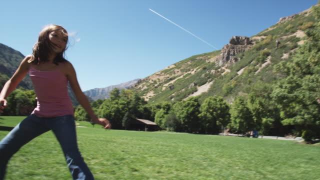vídeos de stock, filmes e b-roll de children playing tag - brincadeira de pegar