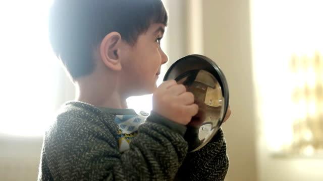 stockvideo's en b-roll-footage met spelende kinderen - glazen pot