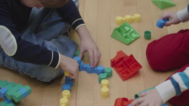 4 K : I bambini giocando con blocchi in asilo.