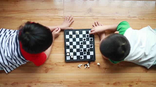 チェスで遊ぶ子どもたち - 余暇 ゲームナイト点の映像素材/bロール