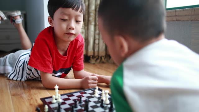 kinder mit schach spielen - nur jungen stock-videos und b-roll-filmmaterial