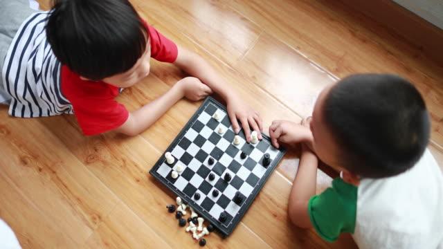 チェスで遊ぶ子供たち - 余暇 ゲームナイト点の映像素材/bロール