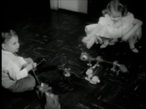 vidéos et rushes de 1950 montage children playing with spring toys / united states - groupe d'objets