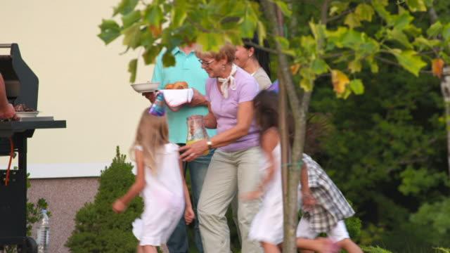 HD: Kinder spielt mit ihrer Großmutter