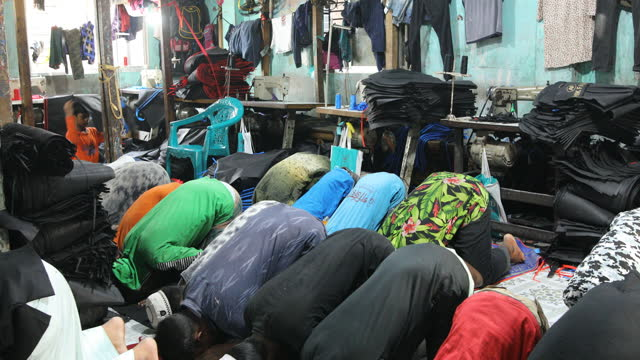children pray their prayer inside bangladesh's garments workshop in dhaka, bangladesh on january 29, 2020. children as young as nine have been found... - islam stock videos & royalty-free footage