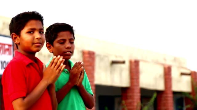 vídeos de stock, filmes e b-roll de crianças de oração - deus