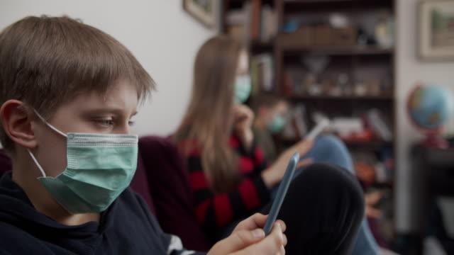 vídeos y material grabado en eventos de stock de niños leyendo lectores electrónicos durante la cuarentena - orden de permanecer en casa