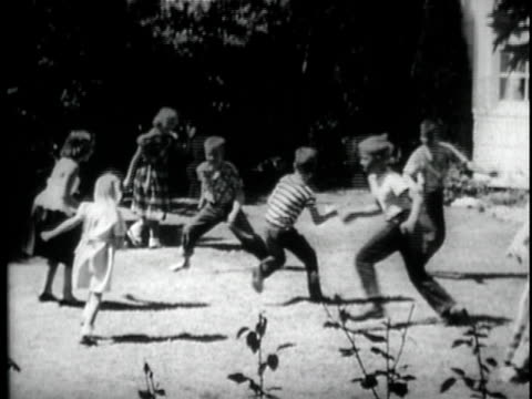 vídeos de stock, filmes e b-roll de b/w ws children running around and playing tag / usa - brincadeira de pegar