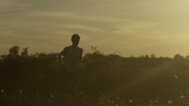 ランニング夕暮れのお子様 - strength点の映像素材/bロール