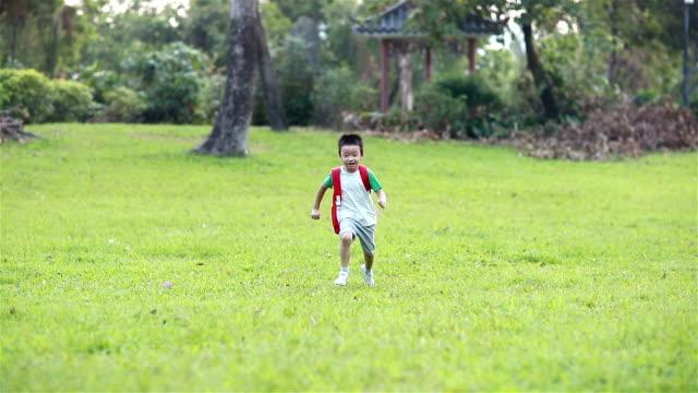 stockvideo's en b-roll-footage met kinderen lopen in park, terug naar school - alleen jongens