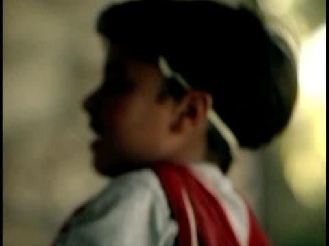 stockvideo's en b-roll-footage met cu children (4-9) running towards school bus / miami, florida, usa. - uitfaden