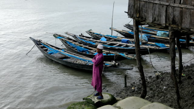 stockvideo's en b-roll-footage met children seen at the bank of the river in the coastal area in bangladesh on august 17, 2020. a un report says, over 19 million children-a quarter of... - quarter