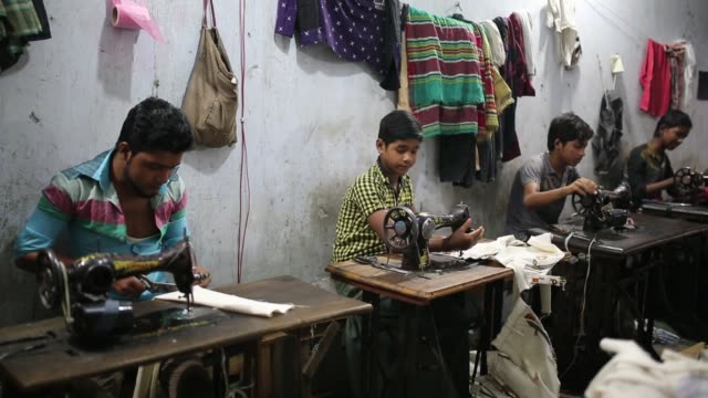 vidéos et rushes de children seen inside bangladesh's garments workshop in dhaka children as young as nine have been found working shift up to 18 hours long inside... - bangladesh