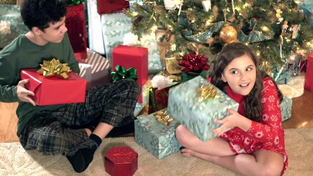 barn skaka julklappar av träd - 10 11 år bildbanksvideor och videomaterial från bakom kulisserna
