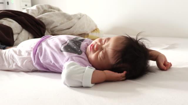 children sleeping - 男の赤ちゃん一人点の映像素材/bロール