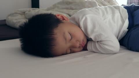 stockvideo's en b-roll-footage met children sleeping - alleen jongens